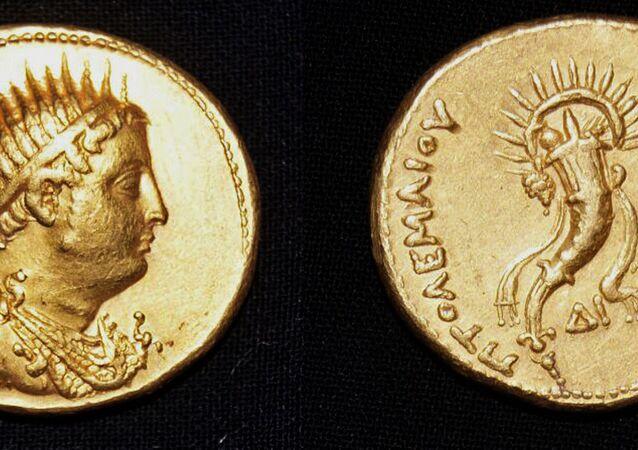 Moeda de ouro com o rosto do rei Ptolomeu III, encontrado no campo arqueológico de Sa el-Hagar, ao norte do Cairo