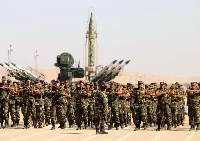 Soldados do exército autodenominado do líder líbio, Khalifa Haftar, participam de um desfile militar na cidade de Benghazi.