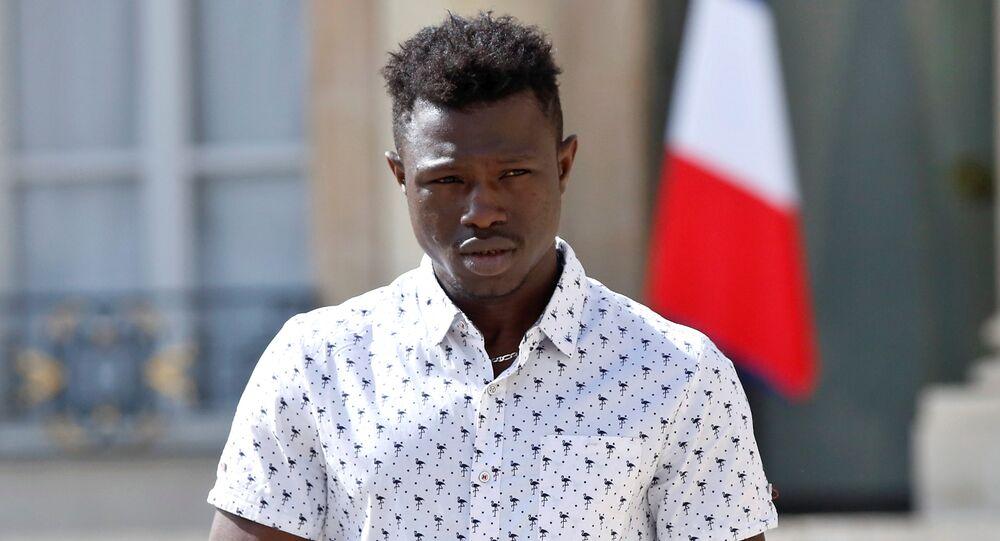 Mamoudou Gassama foi recebido pelo presidente francês Emmanuel Macron