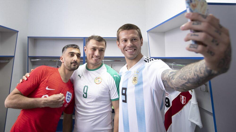 Meia Aleksandr Samedov (Inglaterra), médico Eduard Bezuglov (Senegal) e atacante Fyodor Smolov (Argentina)