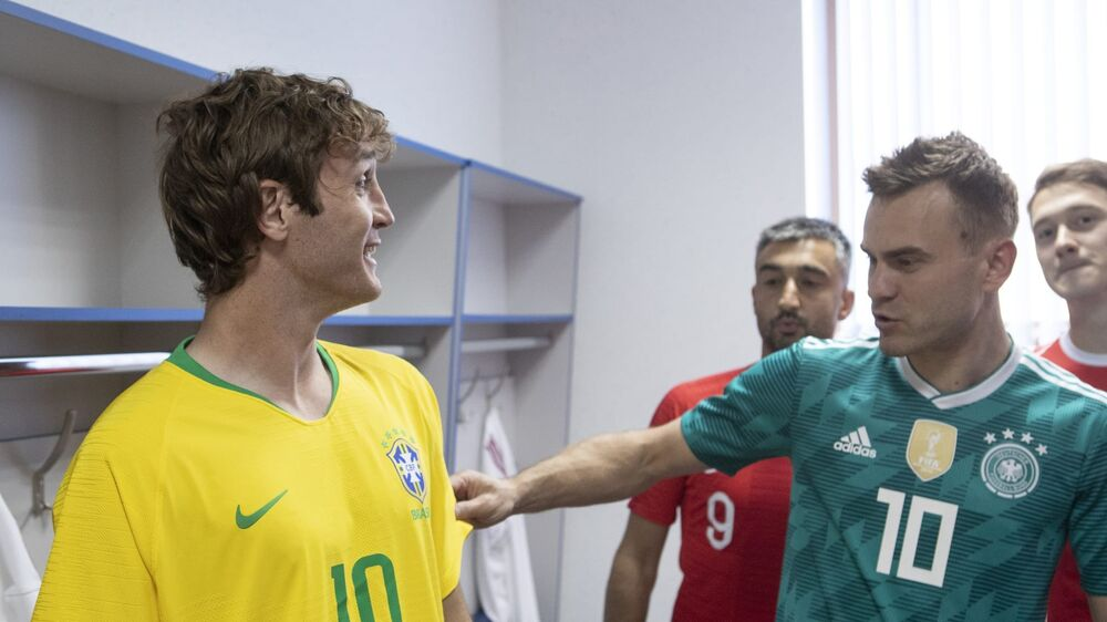 O lateral-direito brasileiro naturalizado russo Mário Fernandes (Brasil) com o goleiro Igor Akinfeev (Alemanha)