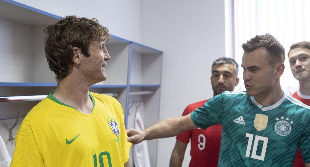 O lateral direito brasileiro Mário Fernandes com os seus colegas da seleção russa