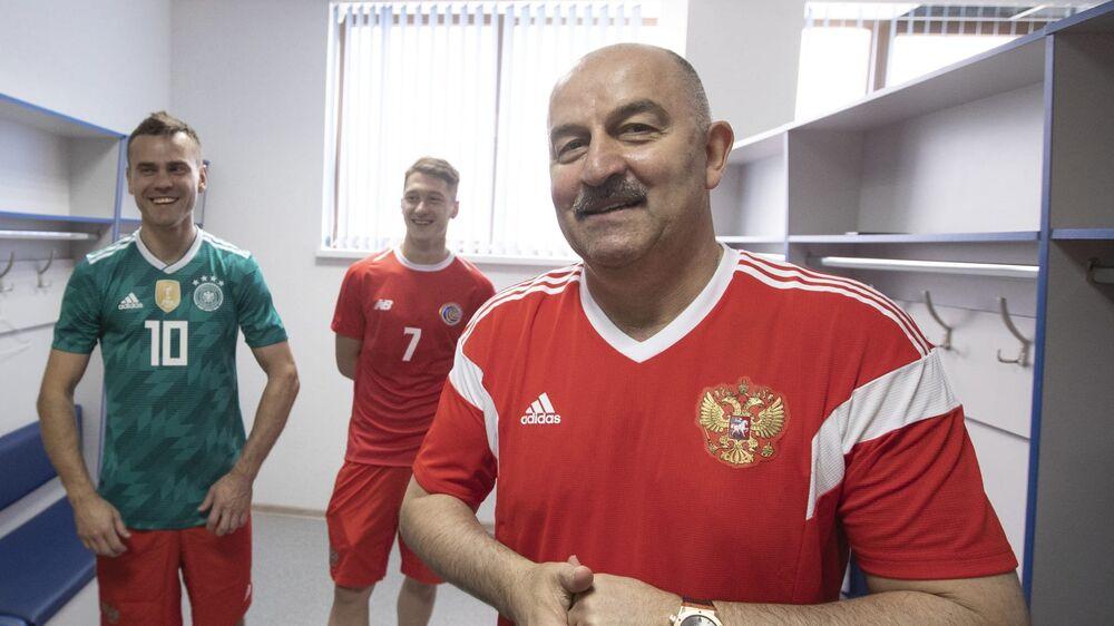 Treinador Stanislav Cherchesov (Rússia), com Igor Akinfeev e Anton Miranchuk (Costa Rica)