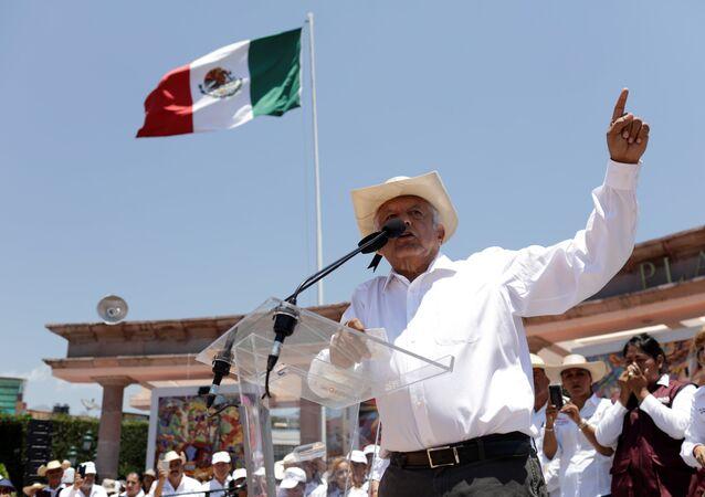 Andrés Manuel López Obrador, candidato à presidência mexicana, fazendo pronunciamento durante campanha eleitoral