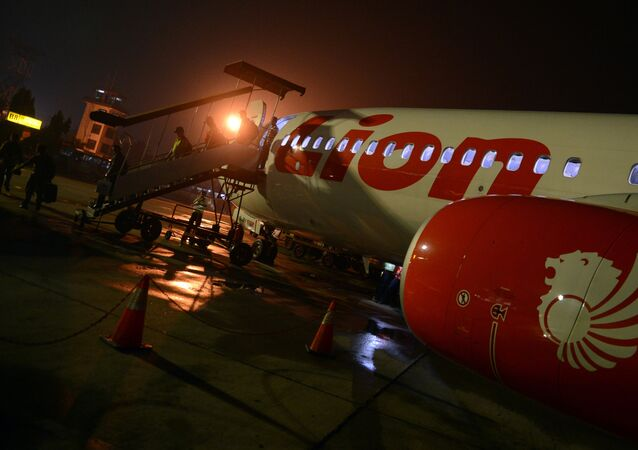 Passageiros descem da aeronave Lion Air no aeroporto de Pekanbaru, Riau, Indonésia, 28 de junho de 2013 (imagem referencial)