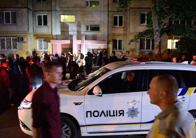 Polícia e jornalistas perto do edifício onde foi assassinado em 29 de maio o jornalista russo Arkady Babchenko
