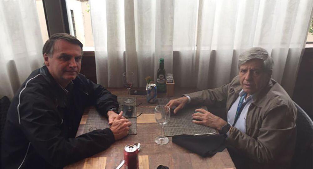 Foto de um almoço realizado em 2015 entre Jair Bolsonaro e Augusto Heleno