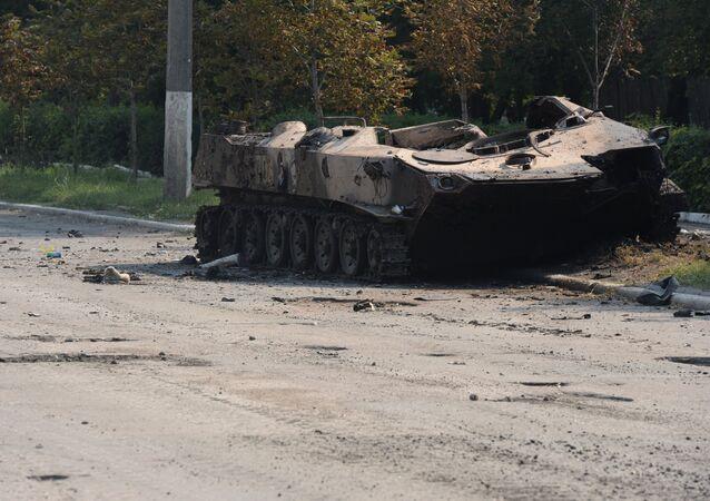 Veículo blindado de infantaria destruído que pertencia ao exército ucraniano