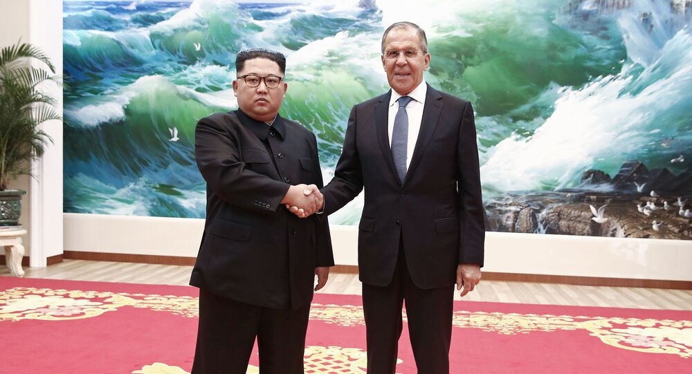 Chanceler russo, Sergei Lavrov, durante encontro com o líder norte-coreano, Kim Jong-un, em Pyongyang