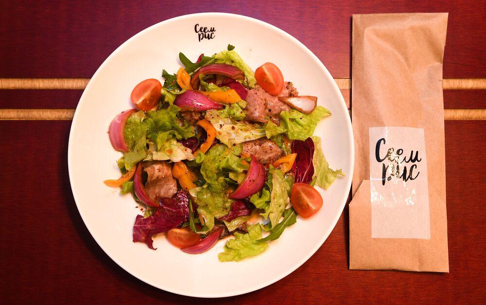 Salada com carne assada do restaurante RIS em Volgogrado