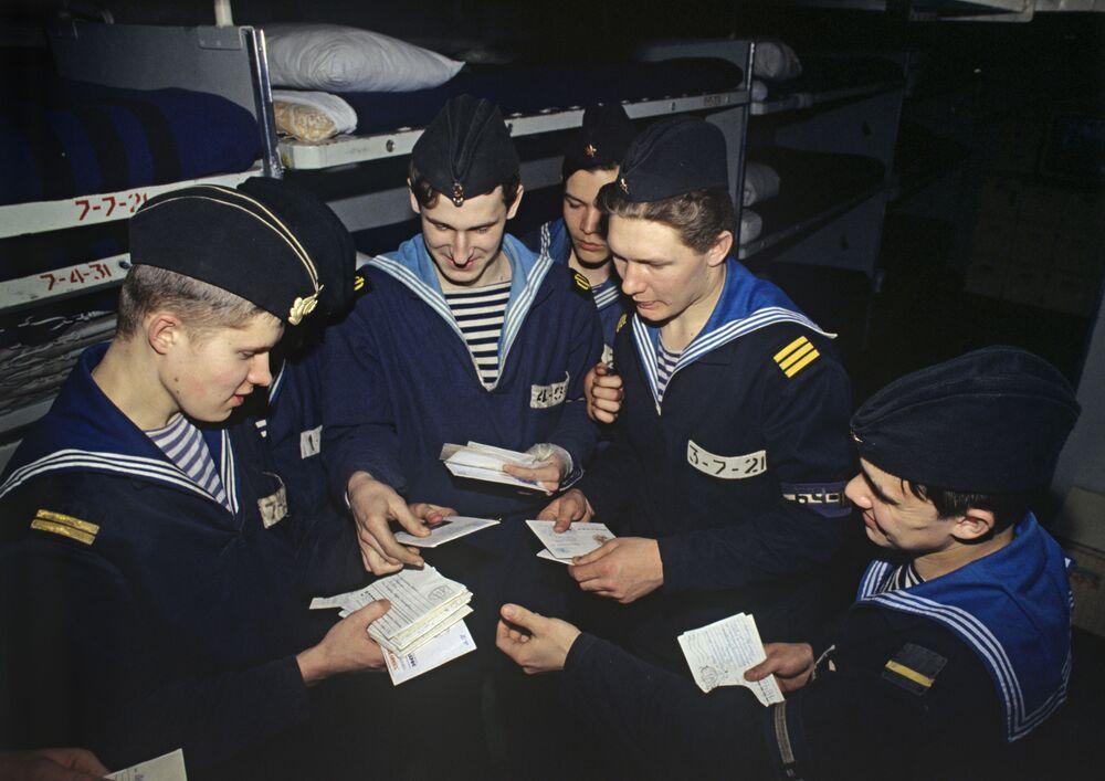 Marinheiros com cartas de casa