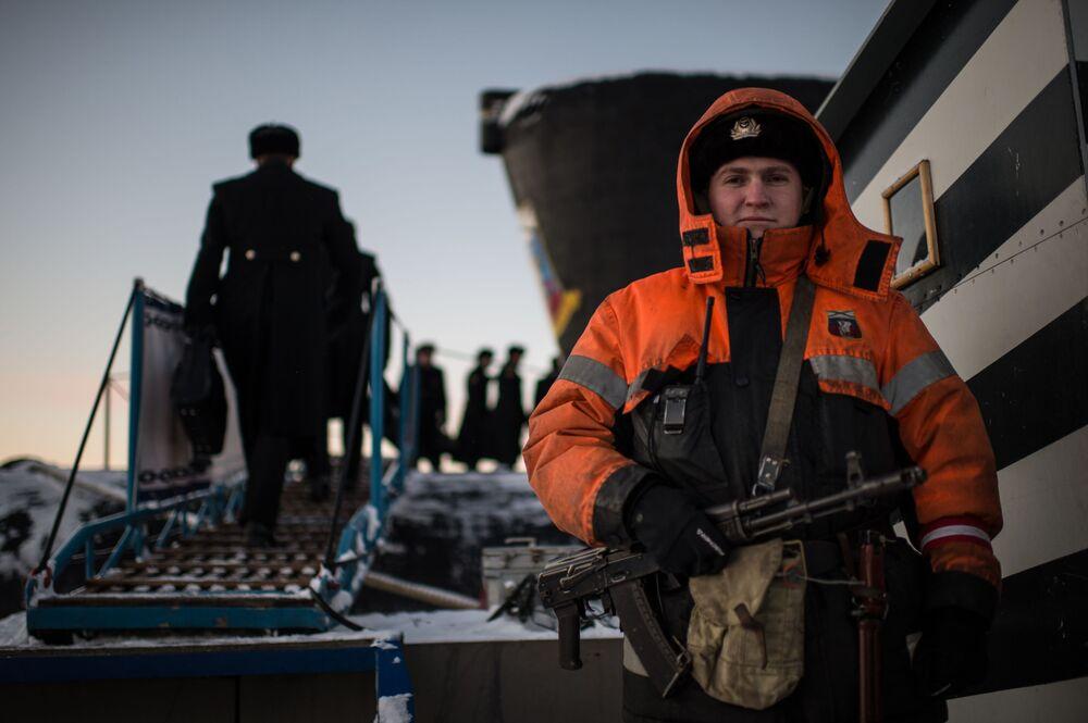 Militar da tripulação do submarino nuclear Yuri Dolgoruky da Frota do Norte
