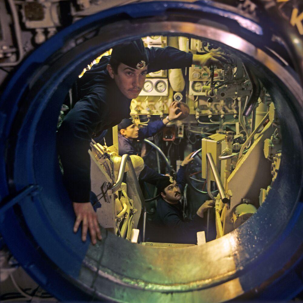 Chefe da equipe de porões, subtenente Aleksandr Kolomiyko, o especialista principal subtenente Yuri Shustov e o eletricista marinheiro Aleksandr Drazhko no submarino nuclear