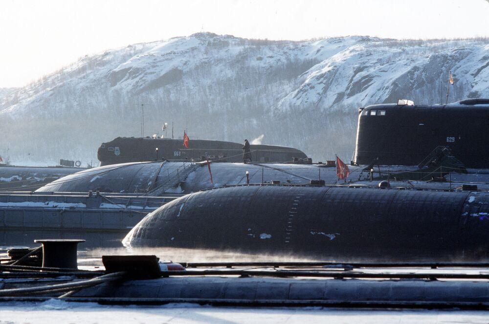 Base de submarinos nucleares. Em plano de fundo – submarino № 668 danificado em colisão com um submarino norte-americano no mar de Barents em 11 de fevereiro de 1992