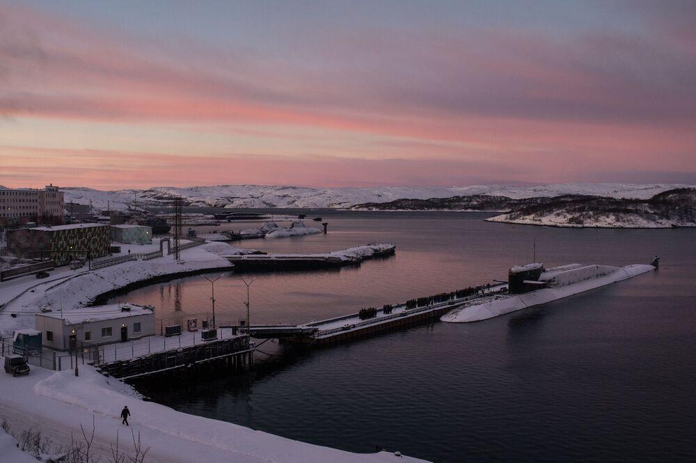 Submarino do projeto 667BDRM Delfin (Golfinho em russo) da Frota do Norte da Marinha russa atracado ao cais na região de Murmansk