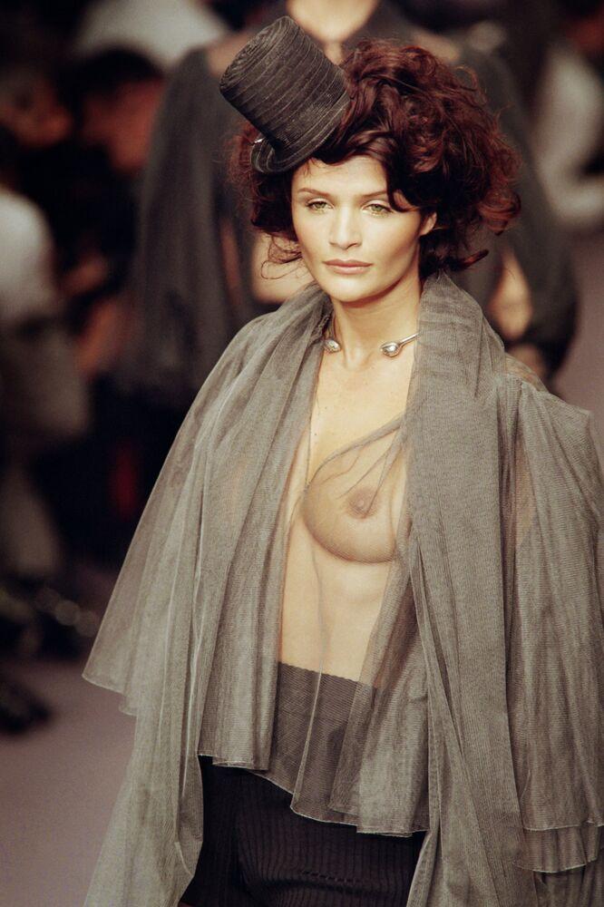 Modelo dinamarquesa Helena Christensen apresenta uma peça da casa de moda Karl Lagerfeld, em Paris, em 1995