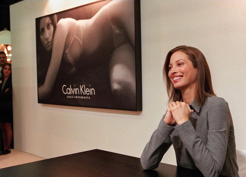 Modelo da Calvin Klein, Christy Turlington, posa para os fotógrafos durante o Salão Internacional de Lingerie em Paris, em 1998
