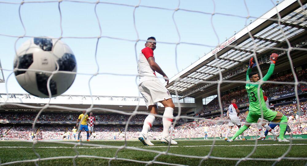 Neymar marca primeiro gol para o Brasil durante amistoso em Liverpool, no Reino Unido.