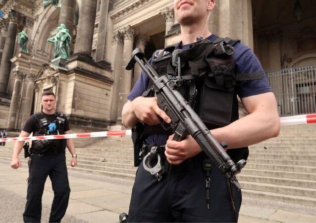 Policiais em patrulha após um agente atirar contra um suspeito na Catedral de Berlim, Alemanha, em 3 de junho de 2018