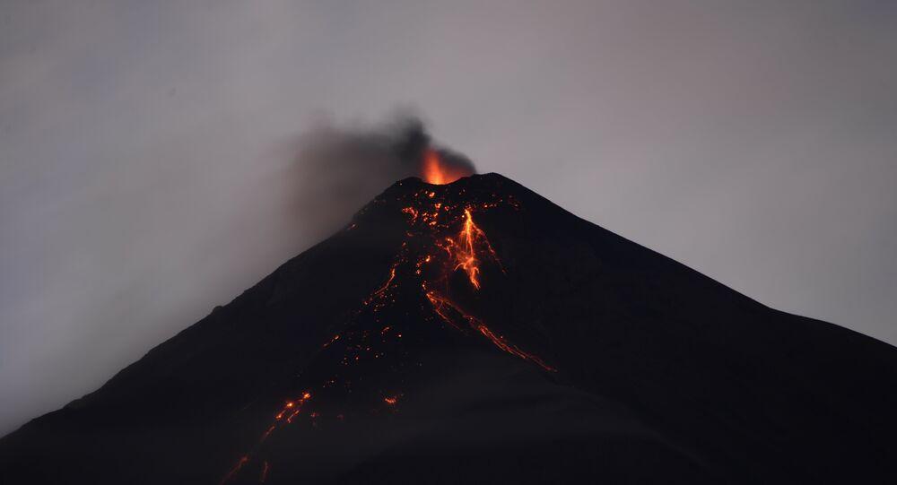 O vulcão de Fuego expelindo cinzas, visto da cidade de Alotenango, no departamento de Sacatepéquez, Guatemala (arquivo)