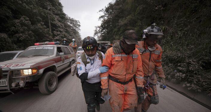 Bombeiros deixam a área de evacuação próximo ao Volcan de Fuego, em El Rodeo, na Guatemala. O vulcão entrou em erupção  na noite do domingo (3).