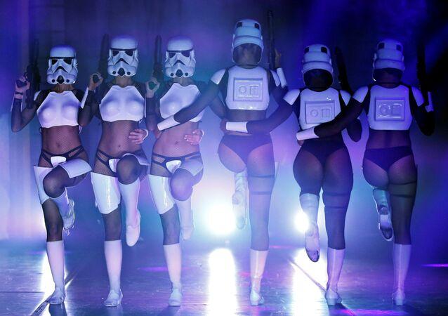 Dançarinas se apresentam durante show burlesco The Empire Strips Back: A Star Wars Burlesque Parody, celebrado em Los Angeles