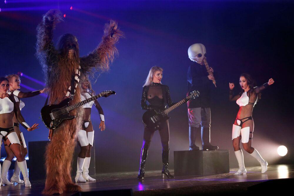 Participantes do show de paródia dedicado ao filme Guerra nas Estrelas se apresentam em Los Angeles