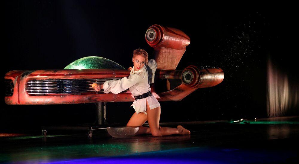 Mulher dançando no show de burlesco The Empire Strips Back: A Star Wars Burlesque Parody, celebrado em Los Angeles