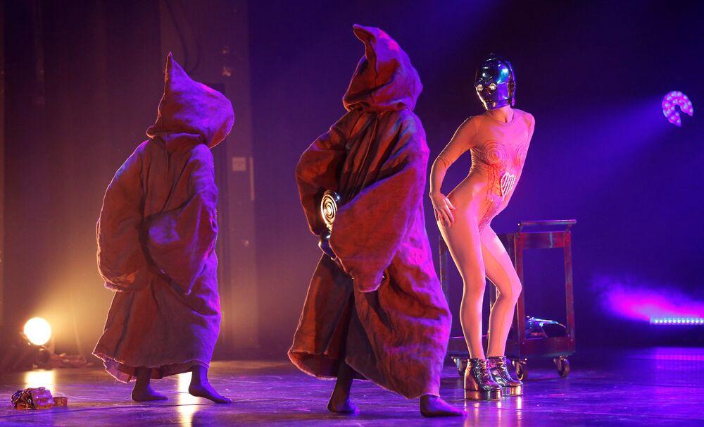 Atores se apresentam ao público no show de paródia The Empire Strips Back: A Star Wars Burlesque Parody