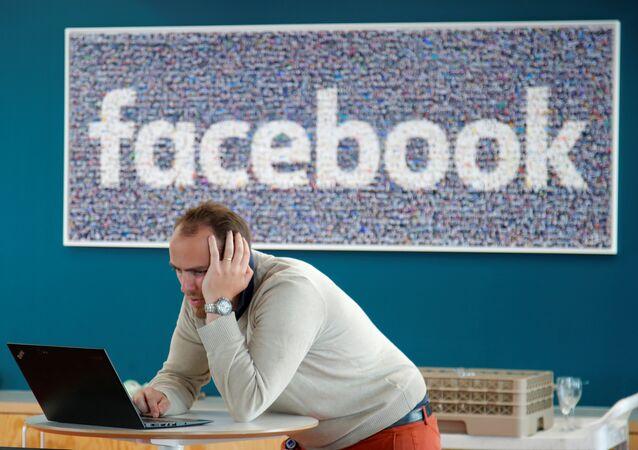 Visitante mexendo em seu computador na sede francesa do Facebook em Paris, em 15 de maio de 2018