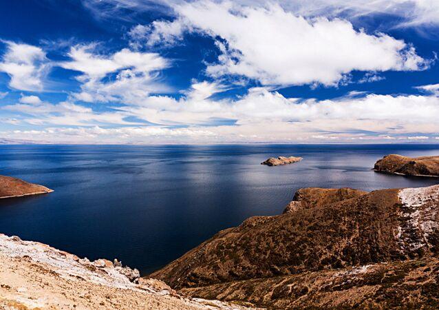 Lago Titicaca, nos Andes, na fronteira entre o Peru e a Bolívia