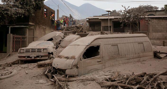 Veículos cobertos por cinzas na Guatemala após a erupção do vulcão Fogo, em 4 de junho de 2018
