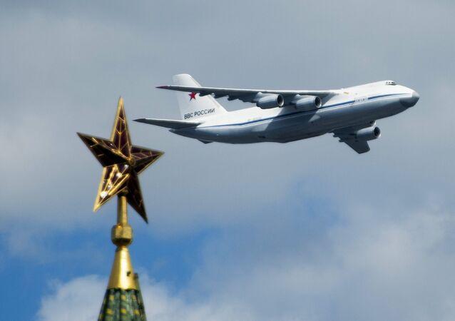 Avião An-124-100 durante ensaio da Parada Militar em homenagem ao 70º aniversário da vitória da Grande Guerra pela Pátria