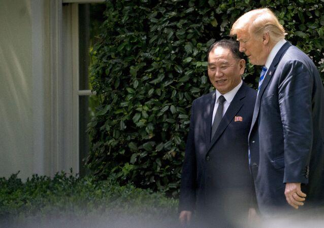 Presidente norte-americano, Donald Trump, com o principal assessor do líder norte-coreano, Kim Yong-chol, em reunião na Casa Branca, EUA