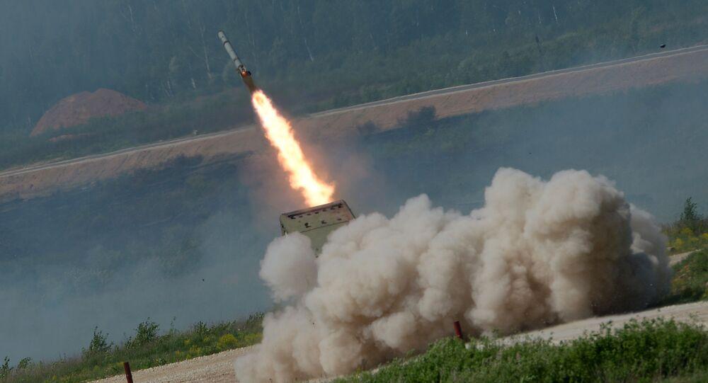 Lançador de foguetes múltiplos TOS-1 Buratino durante a mostra da técnica militar