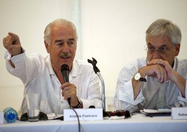 Ex-presidentes da Colômbia, Andrés Pastrana (esquerda) e do Chile, Sebastian Piñera (direita), durante um encontro organizado pelo Clube de Madrid em Porto Príncipe em 26 de maio de 2015.