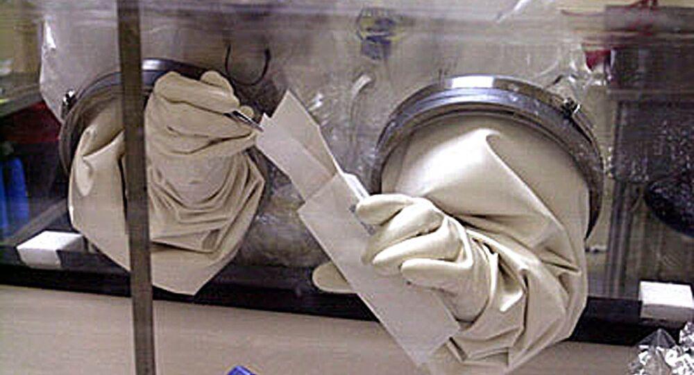Especialista norte-americano trabalha com esporos de antraz. Foto de arquivo.