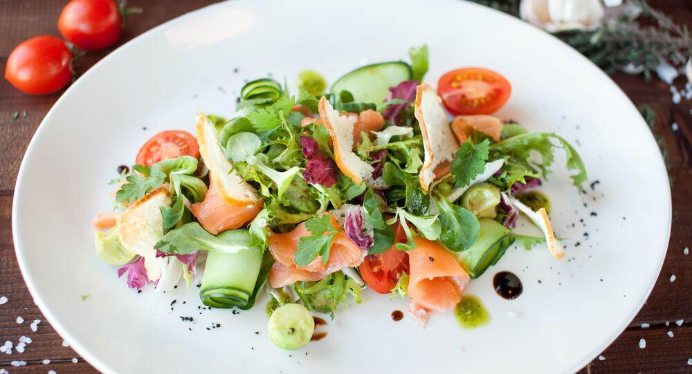 Salada com salmão e abacate do Restaurante-Pizzaria Peperonchino em Kaliningrado