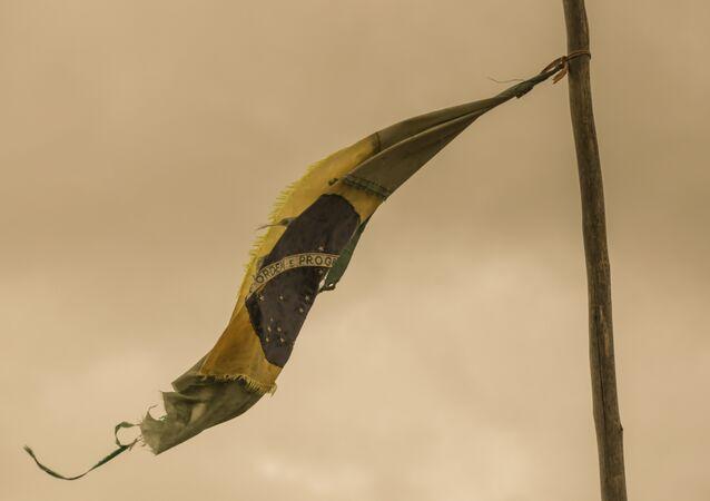Bandeira do túmulo dos indígenas Clodiodi Aquileu Rodrigues de Souza e Denilson Barbosa, em Caarapó.