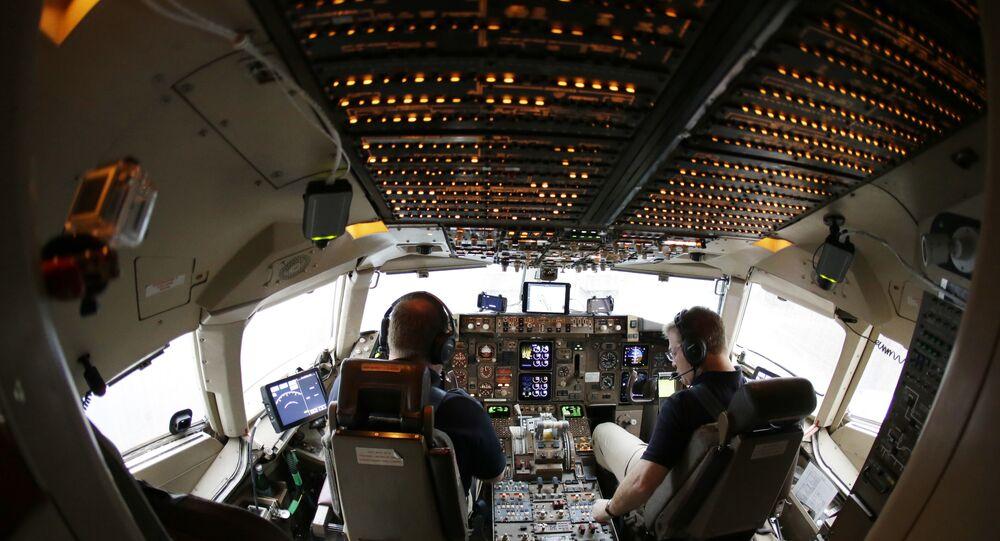 Pilotos realizam verificação antes de decolar em um Boeing 757.