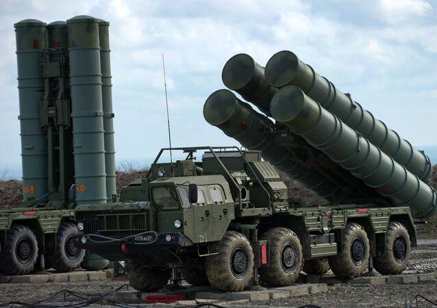 Sistemas russos de defesa antiaérea S-400  (foto de arquivo)