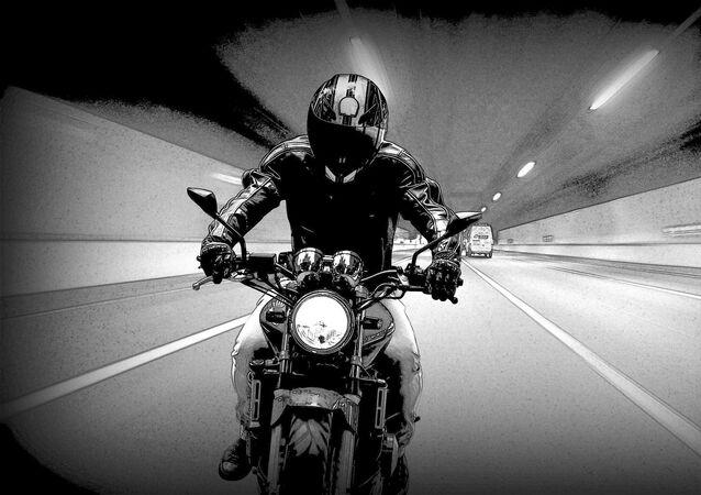 Motoqueiro em túnel