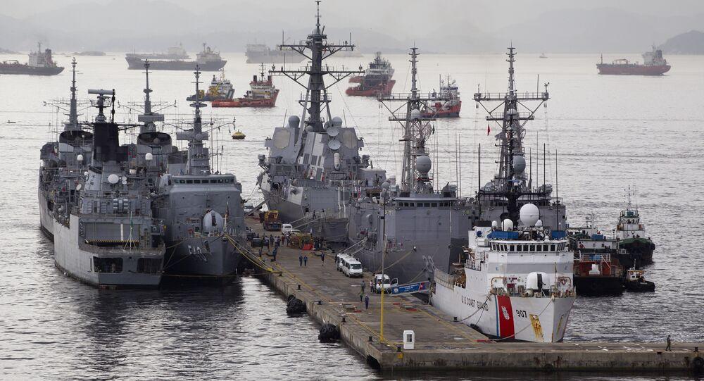 Destroier norte-americano Nitze junto com outros navios militares no porto do Rio de Janeiro, Brasil (foto de arquivo)