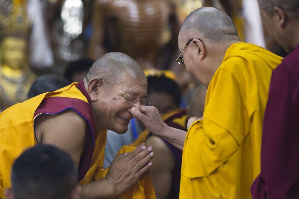 Líder espiritual tibetano Dalai Lama, belisca o nariz de um monge durante o encontro com a juventude tibetana em Dharamsala, Índia.