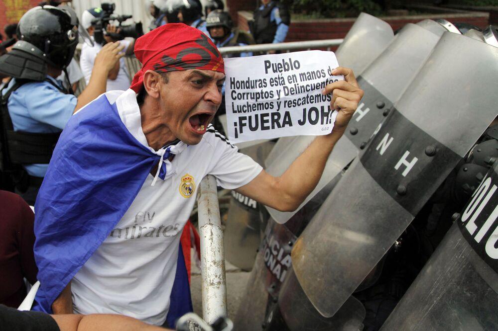 Participante de protestos antigovernamentais em Tegucigalpa, Honduras.