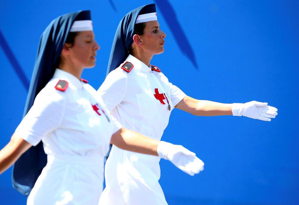 Enfermeiras da Cruz Vermelha italiana marchando na parada militar do Dia da República em Roma, Itália.