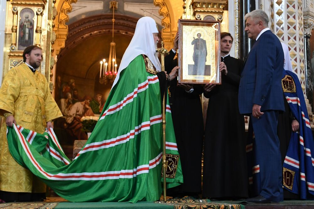 O ministro do Interior russo, Vladimir Kolokoltsev, na cerimônia da entrega de dez ícones antigos ao patriarca de Moscou e de toda a Rússia, Kirill.