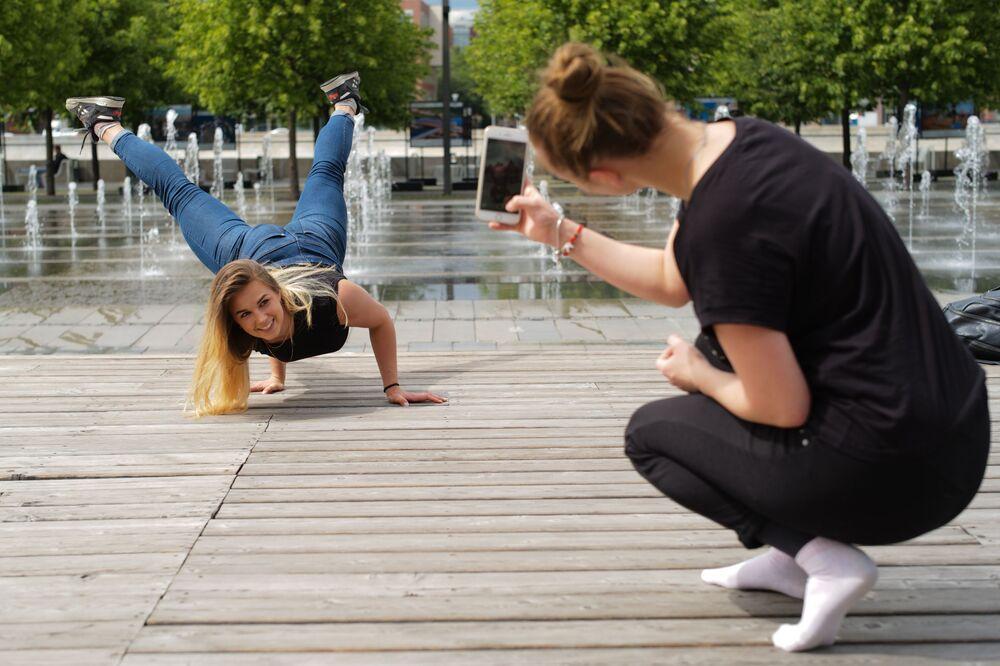 Garotas tirando fotos no parque Muzeon em Moscou.
