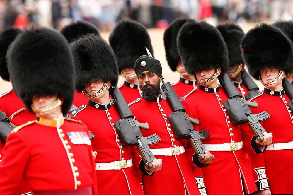 Household Division britânica, liderada pelos Coldstream Guards, ensaiando antes da parada por ocasião do aniversário da rainha Elizabeth II, em Londres.