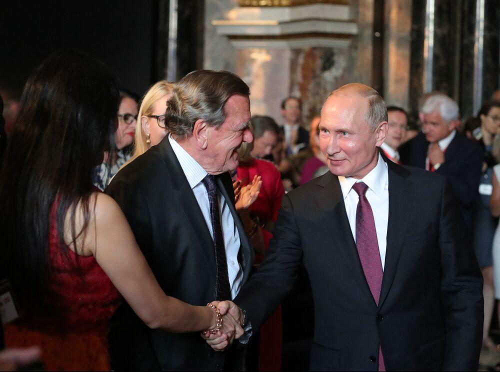 O presidente russo, Vladimir Putin, e o presidente do conselho de administração da empresa Nord Stream 2 AG, Gerhard Schroder, na cerimônia de abertura de uma exposição no Museu de História da Arte em Viena, Áustria.